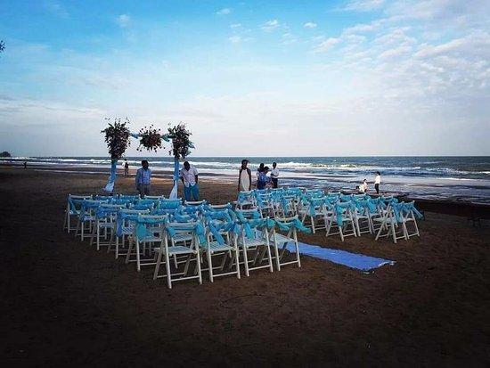 เดอะ โบราโบร่าเบ้ดแอนด์ดรีม: Beach & Party area in front of resort