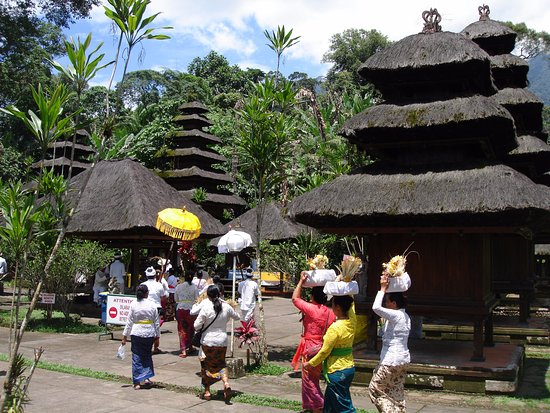 Luhur Batukaru Temple: small ceremony with donations
