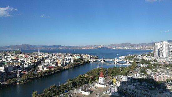 Dali, Kina: 下午17时的城市、洱海和蓝天