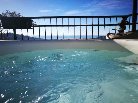 Cogorno, Ιταλία: La bellissima jacuzzi con vista sul Golfo del Tigullio dove potersi rilassare