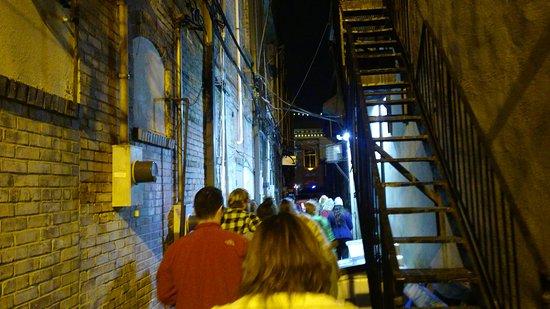 Marietta, GA: Alley....Looking for ghosts in windows. Notta!