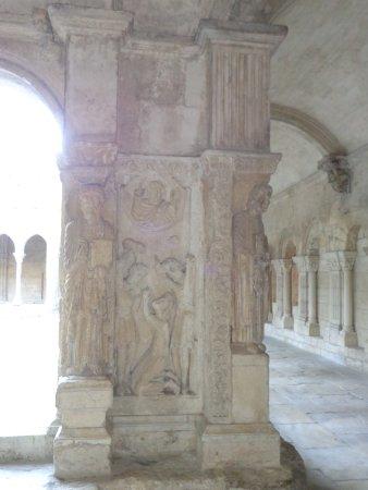Cloître Saint-Trophime : ٲحد ٲعمدة الدير