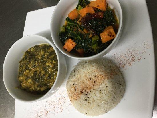 Nyon, سويسرا: Vegan express kale & sweet potato and saag daal
