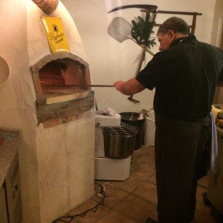 Der Holzofen für die Pizza und der Chef