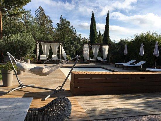 Cotignac, Francia: Pool and decking