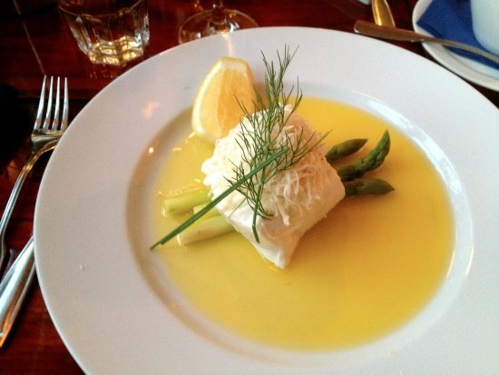 Karingon, Suécia: Turbot with horseradish, butter sauce and asparagus.