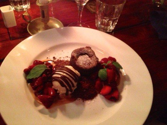 Karingon, Suécia: Chocolate brownie with vanilla ice cream and warm berries