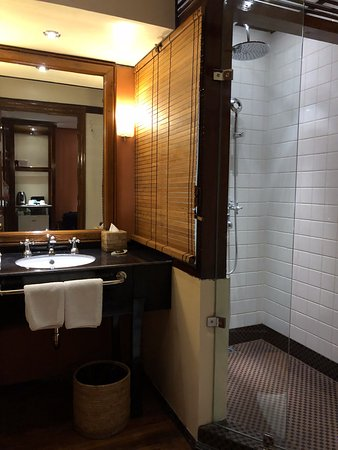 Savoy Hotel Yangon: Bathroom