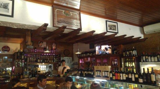 Pias, Portugal: Barra y puerta de la cocina justo en el rincón.