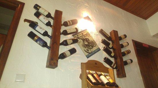 Pias, Portugal: Una pared con una selección de vinos.