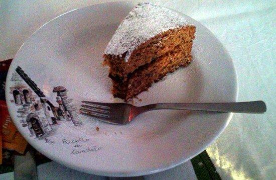 B&B Mimosa: Torta buonissima servita su piatti caratteristici del posto