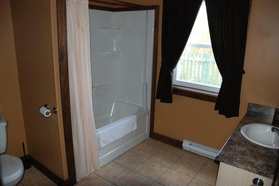 Charlo, Canada : Bathroom 3 bedroom cottage