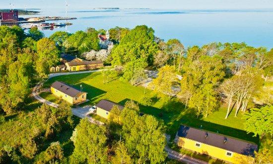 Klintehamn, Sweden: Vi har tre stugor som innehåller vardera 2 lägenheter med 6 sängar. Du bor nära vattnet och har