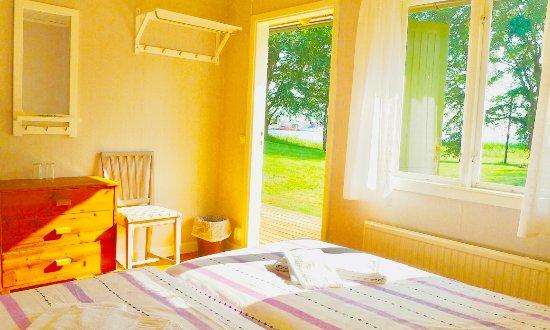 Klintehamn, Sweden: I våra stugor i parken bor du nära pensionatet men med en liten veranda utanför dörren. Intexsäl
