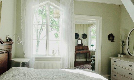 Klintehamn, Sweden: Här ser du en av sviterna i Villa Wöhler som har det lilla Tornrummet som salong.
