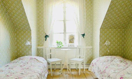 Klintehamn, Sweden: De mindre dubbelrummen i Villa Wöhler har alla havsutsikt och eget badrum.