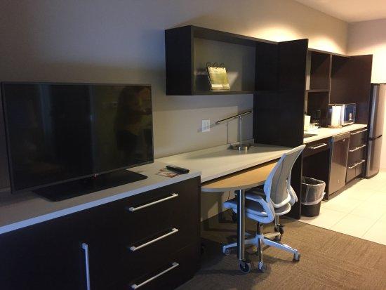 Lake City, FL: TV, desk, and counter top area