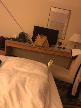 Mercure Hotel Hannover Oldenburger Allee: verleng kabel om stroom bij het bed te hebben