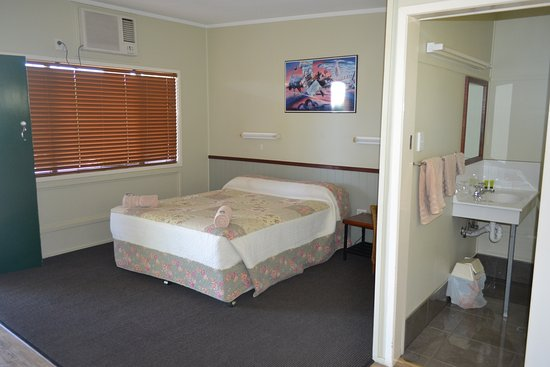 Barcaldine, Australia: budget queen at our cheaper accommodation section