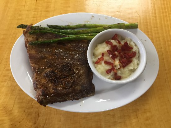 Burnsville, Carolina del Nord: One of our specials. Ribs with asparagus and mash potatoes topped with choizo.