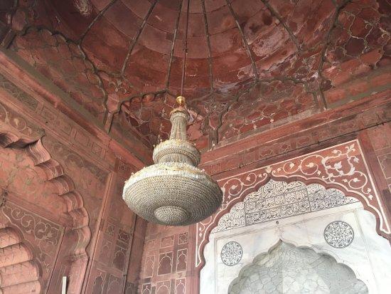 Jama Masjid: Impressive chandeliers