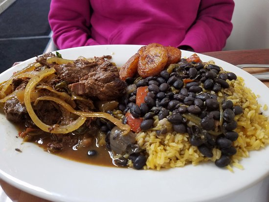 Hempstead, Νέα Υόρκη: Tasty beef entree with yellow rice & black beans. Plantains too!