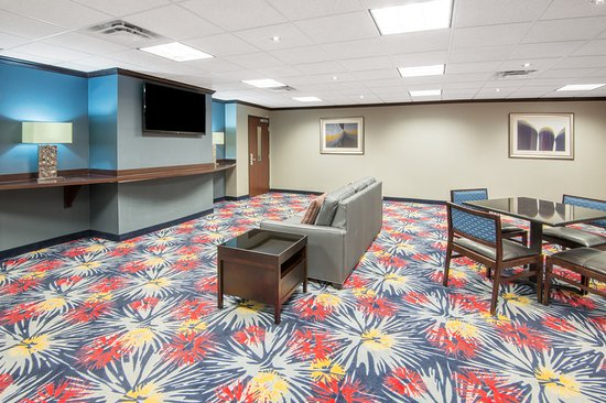 Holiday Inn Express Cleveland Airport - Brook Park: Lobby