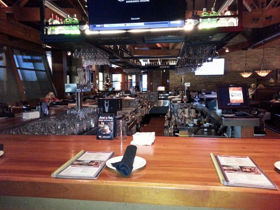 Claim Jumper Restaurants: a view of the bar towards the entrance