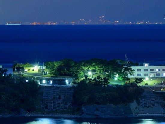 Tsushima, Japón: 海栗島(手前)と釜山の夜景(300㎜相当でリサイズのみ)