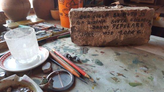 Koprivnica, Kroatien: Ivan Večenaj Tišlarov art desk with a brick from Pepelara ruin
