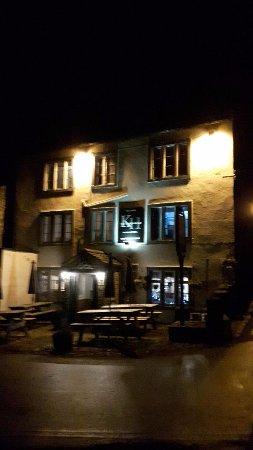Kettlewell, UK: The floodlit pub