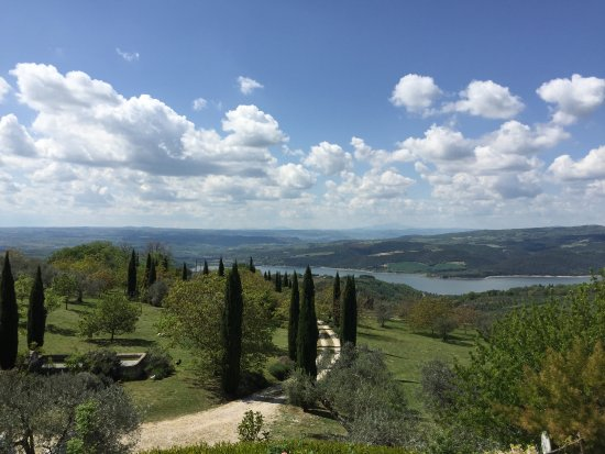 Civitella del Lago, Italy: View from the front entrance of the villa