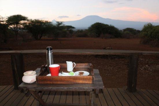 Tawi Lodge: Morning coffee with view of kilimanjaro