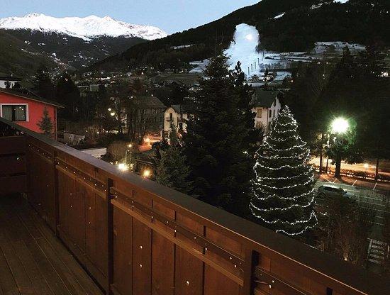 Hotel Residence Baita Clementi: La vista del paese e dei monti dal mio ampio balcone