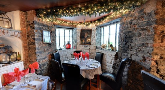 Finnegan's Wine Cellar Restaurant: Christmas decoration & beautiful room overview at Finnegan's Restaurant & Wine Cellar