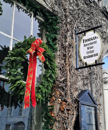 Finnegan's Wine Cellar Restaurant: The entrance of Finnegan's Restaurant & Wine Cellar with Christmas decoration