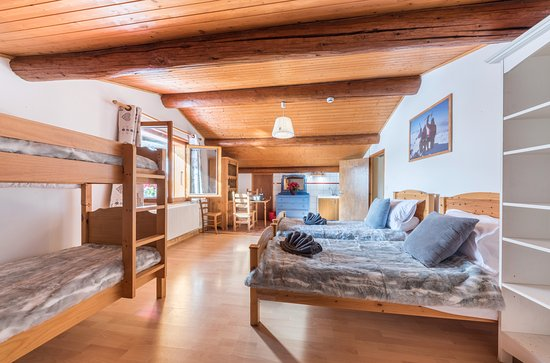 Les Gets, France: Room 8 - spacious room sleeps 4 with shared bathroom, available to book room only - minimum 3 ni