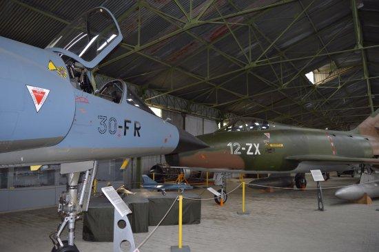 Musée Européen de l'Aviation de Chasse : Hangar Nord: F1 et Super Mystère.