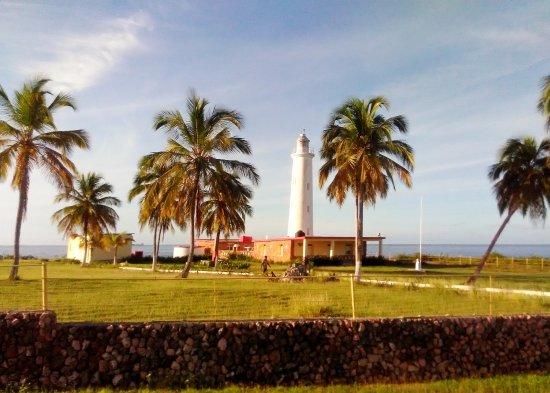 Islazul Pasacaballo Hotel: маяк по дороге к отелю