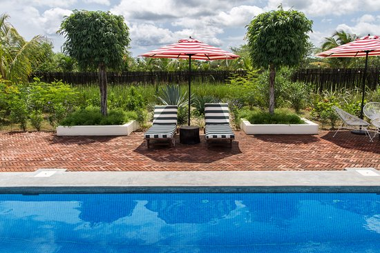 Tola, Nicaragua: Well designed and shady pool area with loungers and umbrellas