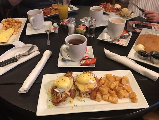 Kingston, Nova York: Eggs Benedict with Fried Chicken