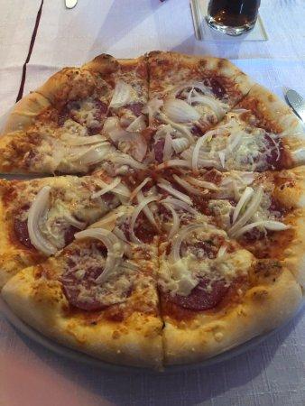 Katzenelnbogen, Alemania: Pizza Salami mit Schwiebeln