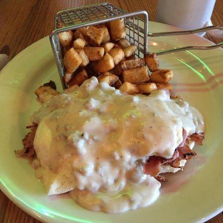 บักเคยี, อาริโซน่า: Country Benedict: sausage gravy, biscuit, ham, 2 eggs over easy and potatoes.