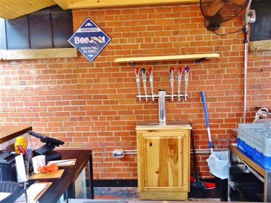 Waynesville, Karolina Północna: Bar area on the patio.