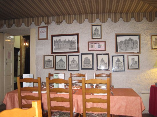 Beaumont-du-Perigord, France: The story of the village on the walls.