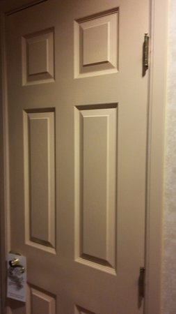 "Moriarty, New Mexiko: ""Pinkish"" beige closet door"