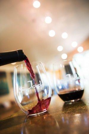 ปาโซโรเบิลส์, แคลิฟอร์เนีย: Join us for a tasting in our open-air bar area with views of the vineyard.