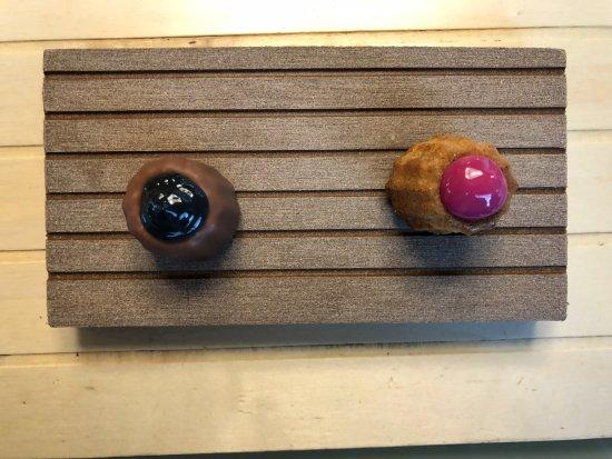 Collado Mediano, Spanien: Dos pasteles. El de la izquierda de remolacha con ajo negro