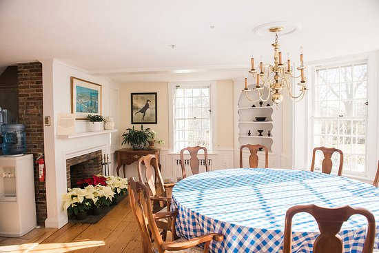 Bristol, RI: Breakfast is served in season in the kitchen of the Governor Bradford House