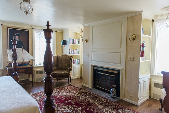 Bristol, RI: The Haffenreffer Room is furnished with antiques